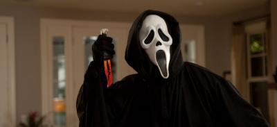 174 2fwebedia cine news 2f98f 2f81c 2f4451255009a7f3532710389b0c 2fscream a 20 ans retour sur le slasher movie culte des annees 90 1323779 le celebre tueur masque de scream orig 2